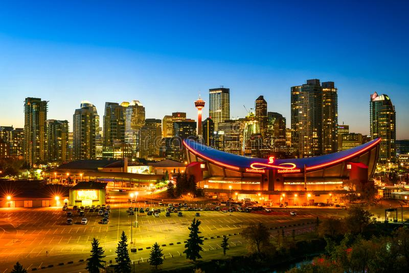Calgary stadshorisont i Alberta, Kanada royaltyfria foton