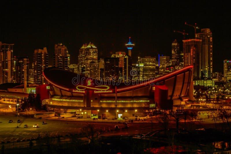 Calgary under natten tänder, Calgary, Alberta, Kanada royaltyfria bilder
