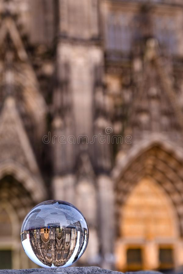 Calha da catedral da água de Colônia uma bola do vidro foto de stock royalty free