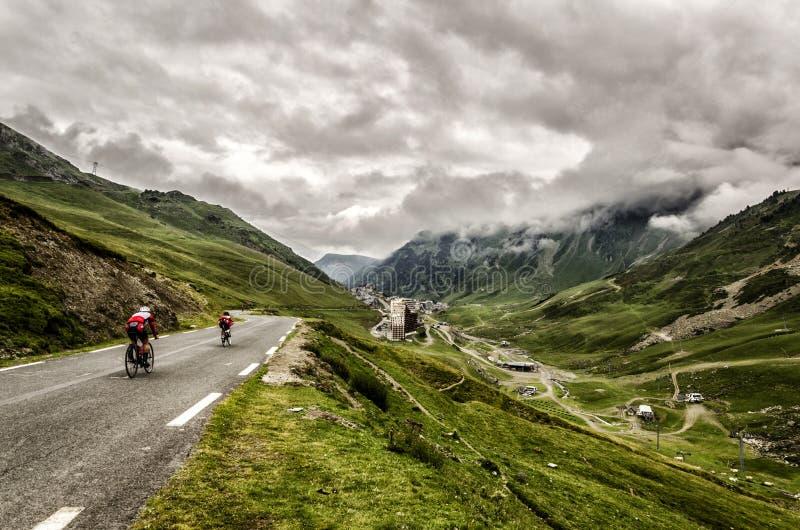 Calha da estrada as montanhas de Pyrenees imagem de stock
