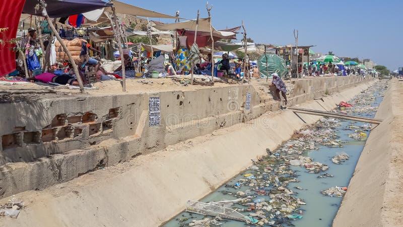 A calha ou a água de esgoto pesadamente poluída encheram-se com os desperdícios e o desperdício imagens de stock royalty free