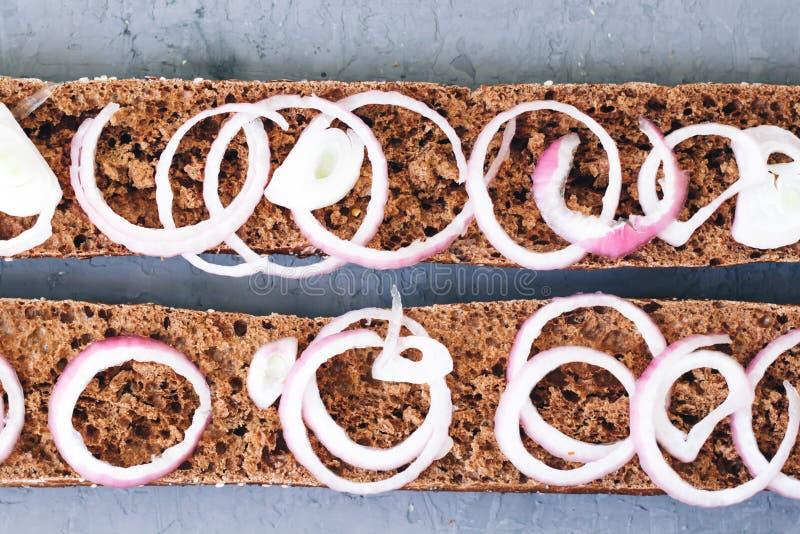 Caliéntese, recientemente pan cocido centeno en un fondo rústico Corte las rebanadas Concepto sano de la consumición Pasteles fra fotos de archivo
