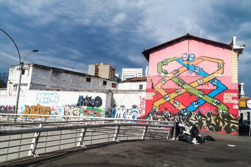 CALI, COLOMBIE - 9 SEPTEMBRE 2015 : Graffiti coloré sur des murs au centre de la calorie images stock