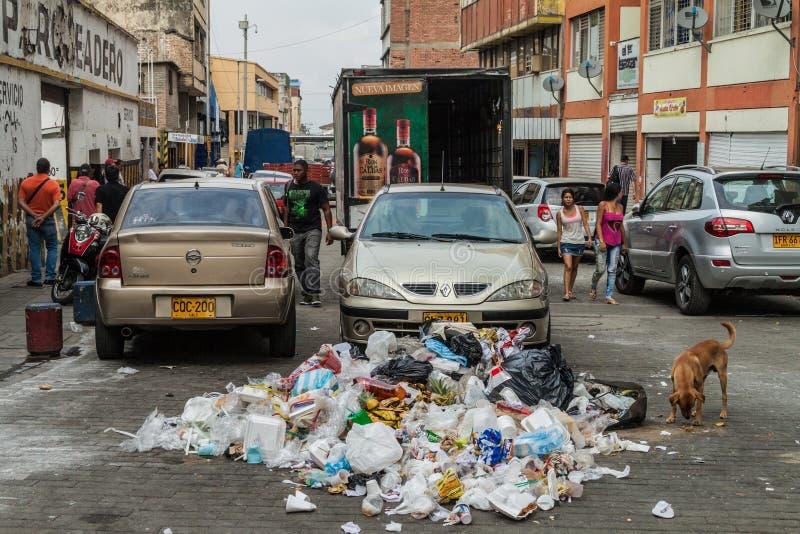 CALI, COLOMBIE - 9 SEPTEMBRE 2015 : Tas des déchets au centre de la calorie image libre de droits