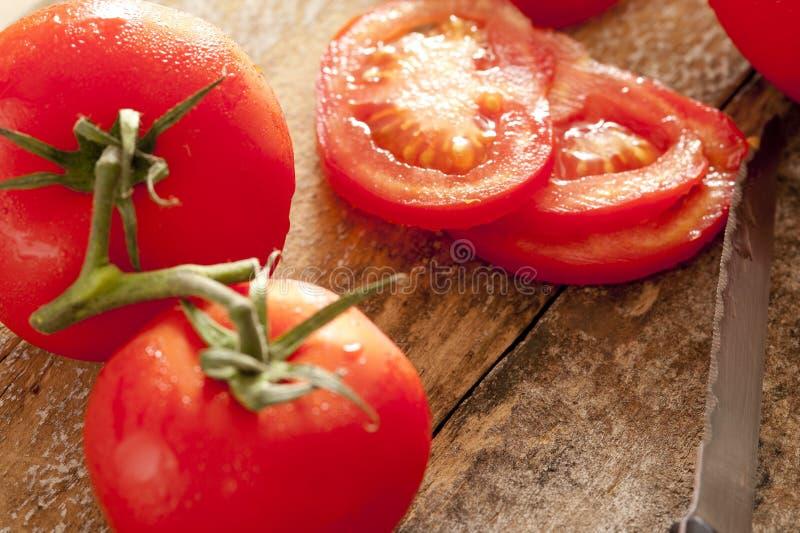 Cali i pokrojeni pomidory na winogradzie fotografia stock