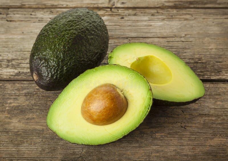 Cali i przekrawający avocados na wieśniaka stole zdjęcie royalty free