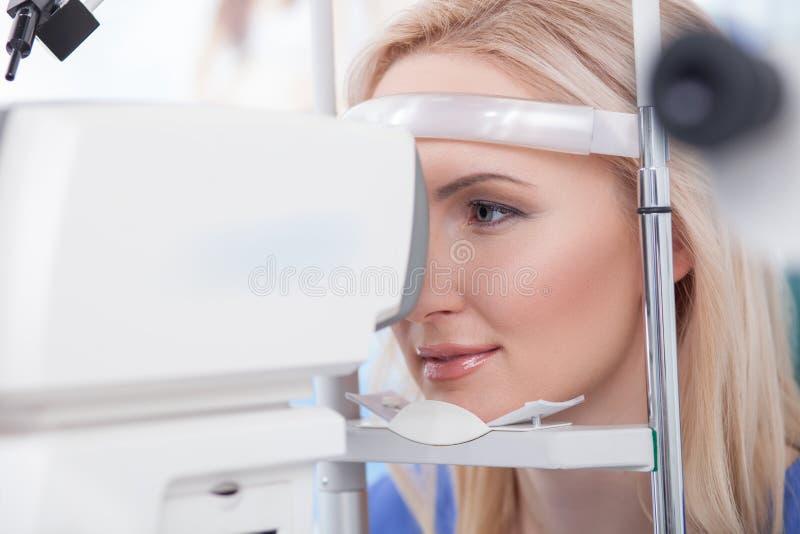 Calibración de las dioptrías de la oftalmología en laboratorio del oculista fotografía de archivo libre de regalías