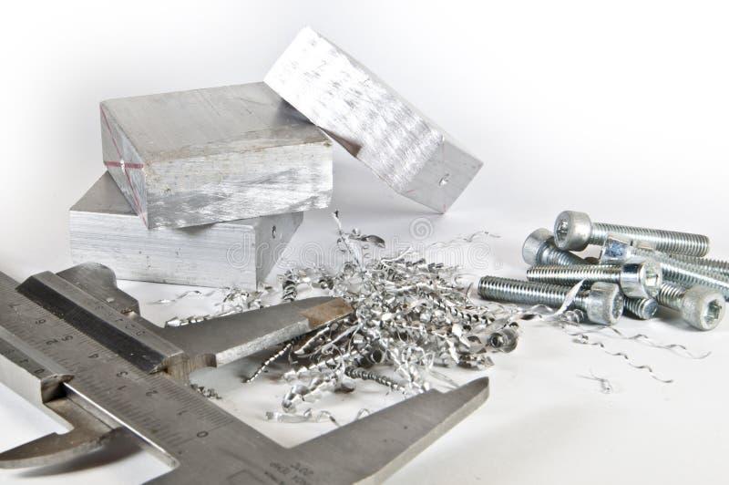 Calibrador con aluminio, cortes y tornillos imagen de archivo