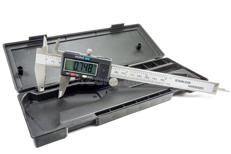 Calibrador de Digitaces en caja de almacenamiento en un fondo blanco fotografía de archivo