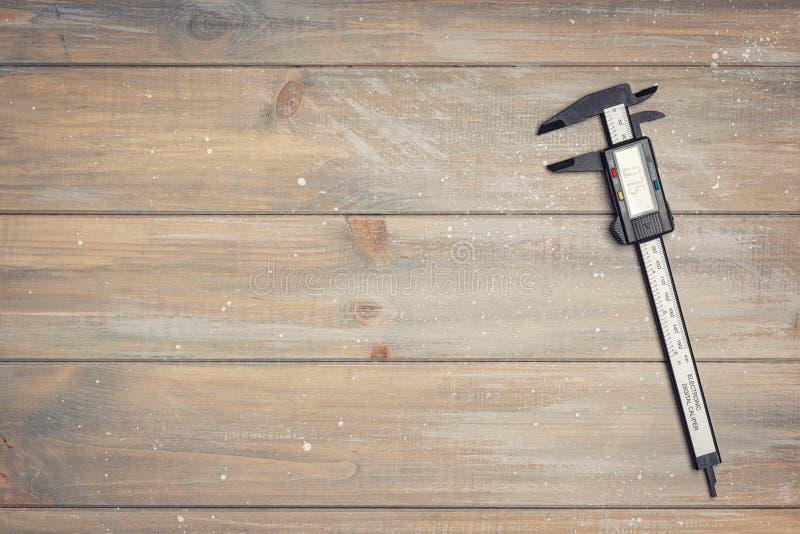 Calibrador de Digitaces en la tabla de madera fotos de archivo libres de regalías