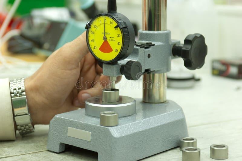 Calibrador del dial en soporte de medición imágenes de archivo libres de regalías