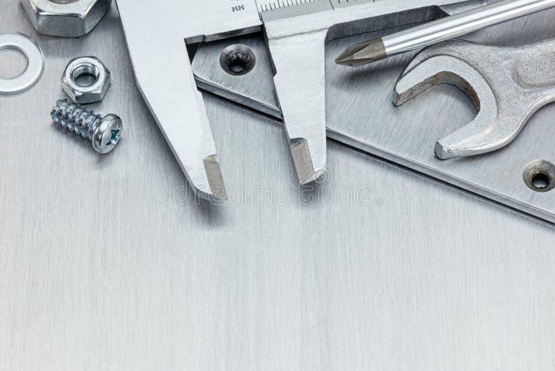 Calibrador a vernier, llave y otras herramientas de funcionamiento para la reparación en el sc fotografía de archivo libre de regalías