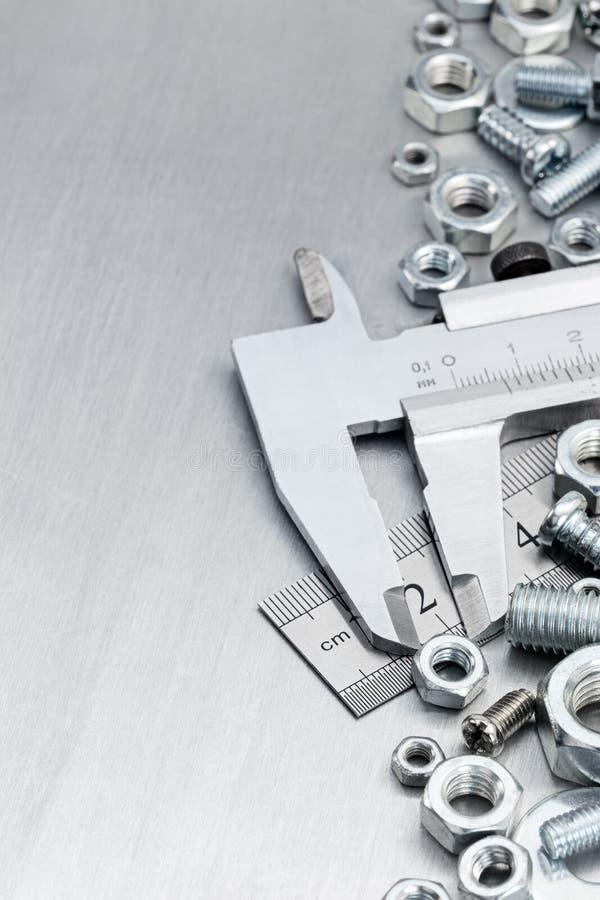 Calibrador a vernier, regla estándar, tornillos y pernos fotografía de archivo libre de regalías