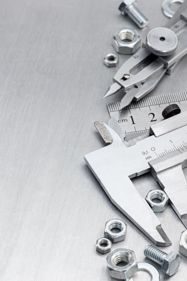 Calibrador a vernier, regla estándar, tornillos y pernos fotografía de archivo
