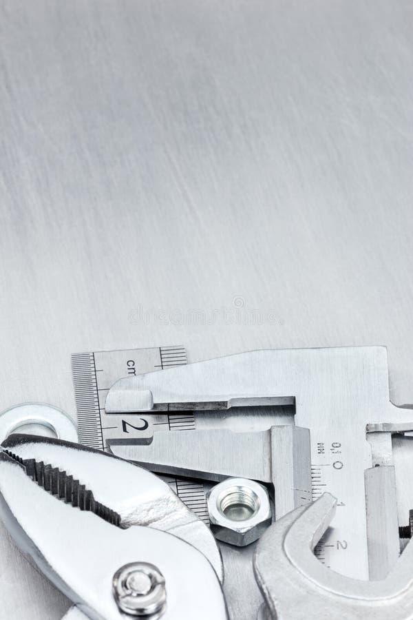 Calibrador a vernier, regla estándar y diversas llaves imagenes de archivo