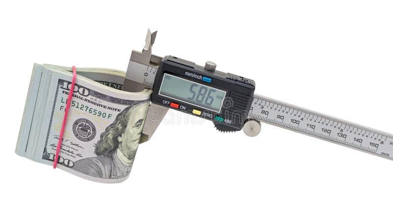 Calibrador a vernier y pila de billetes de dólar de $ 100 imagen de archivo libre de regalías