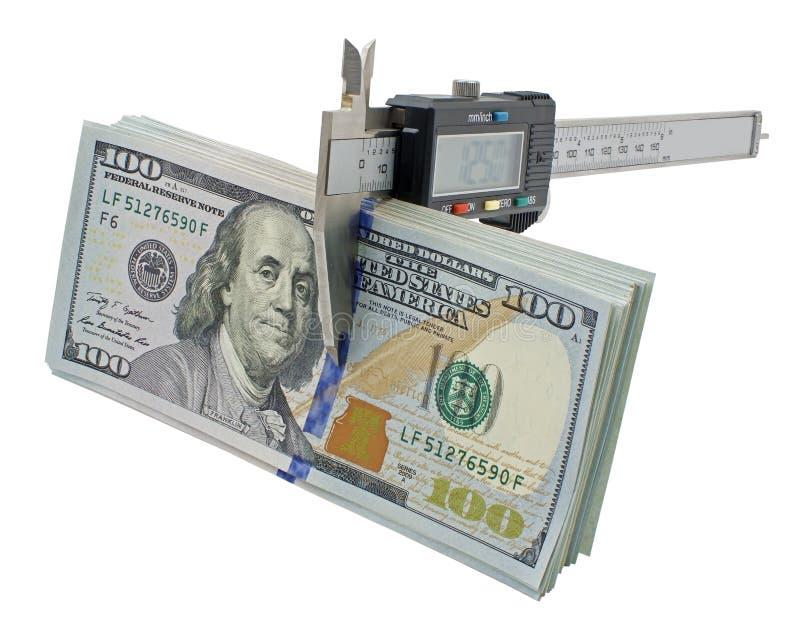 Calibrador a vernier y pila de billetes de dólar de $ 100 foto de archivo libre de regalías