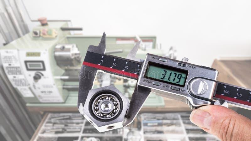 Calibragem do rolamento de esferas pelo compasso de calibre digital fotografia de stock royalty free