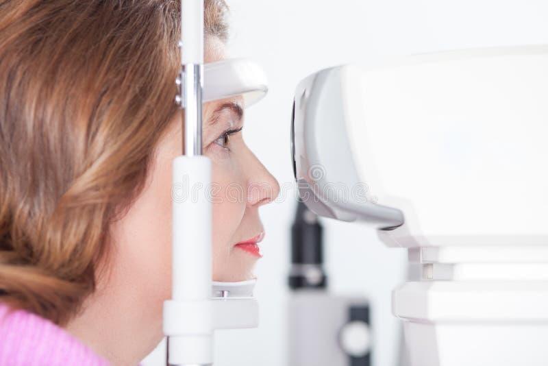 Calibratura delle diottrie di oftalmologia nel laboratorio dell'oculista fotografie stock libere da diritti