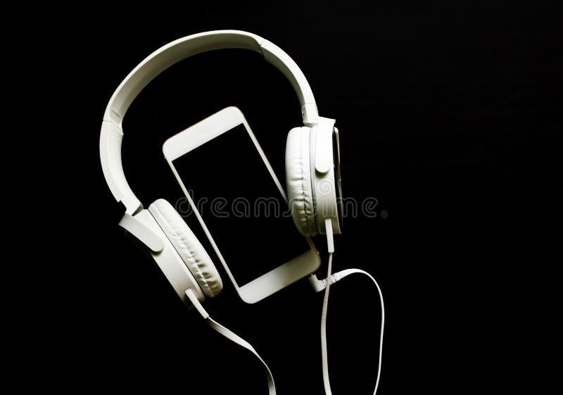 Calibre blanc de bannière de smartphone et d'écouteurs avec l'endroit des textes images stock