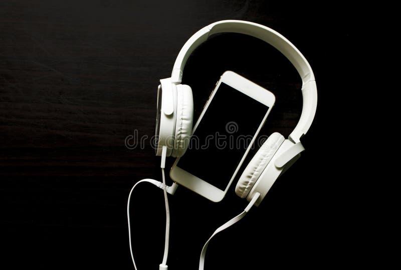 Calibre blanc de bannière de smartphone et d'écouteurs avec l'endroit des textes images libres de droits
