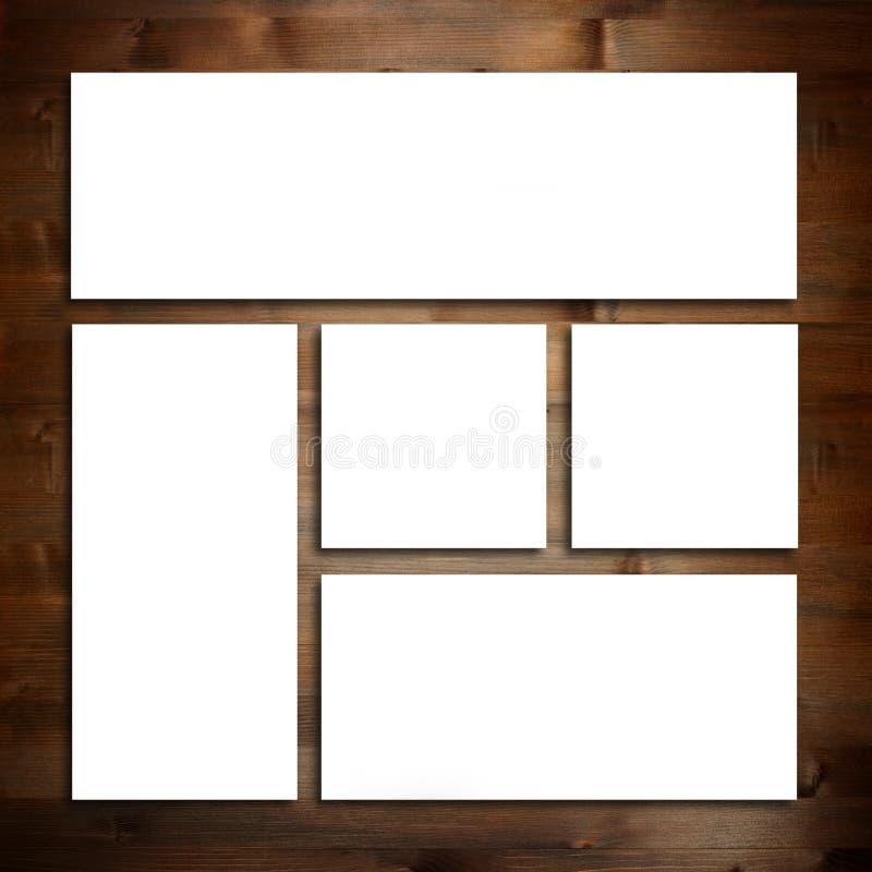 Calibre blanc de maquette de papeterie au-dessus de fond en bois photographie stock libre de droits