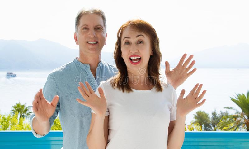 Calibre blanc de T-shirt d'?t? Couples ?g?s moyens heureux de famille aux vacances Plage et concept de vacances Copiez l'espace e images stock