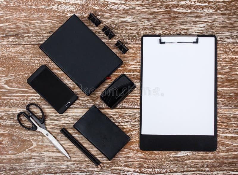 Calibre d'identité d'entreprise sur le fond en bois lavé de table photos stock