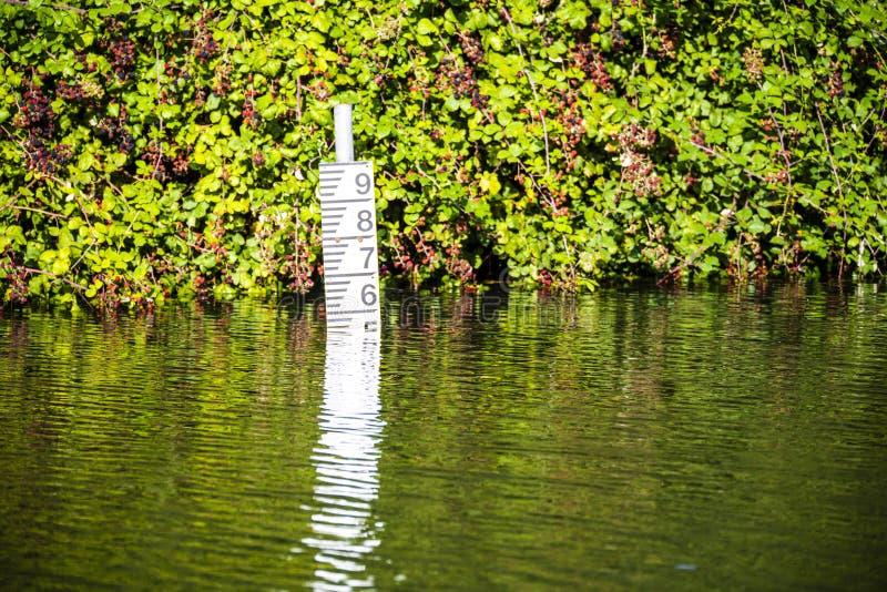 Calibre da altura da água no canal de Chichester perto de Poyntz Bridge, Sussex ocidental, Inglaterra imagens de stock royalty free