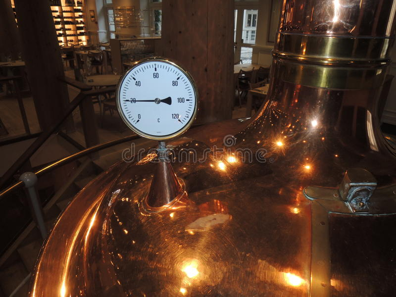 Calibre da temperatura em uma micro cervejaria foto de stock royalty free