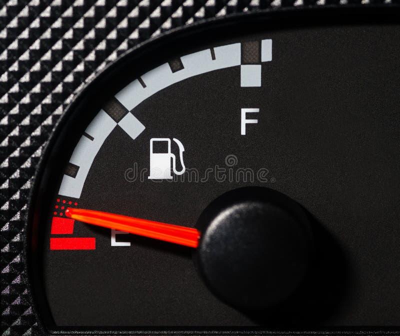 Calibre de combustível do carro baixo foto de stock