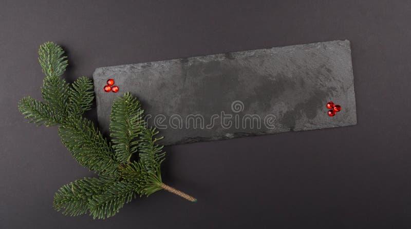Calibre de composition en Noël, pierres gemmes et branches vertes sur la pierre Configuration plate, vue supérieure Modèle décora images libres de droits