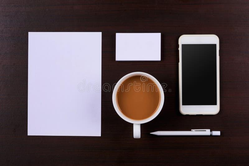 Calibre de conception d'identité d'entreprise sur le fond en bois photo libre de droits