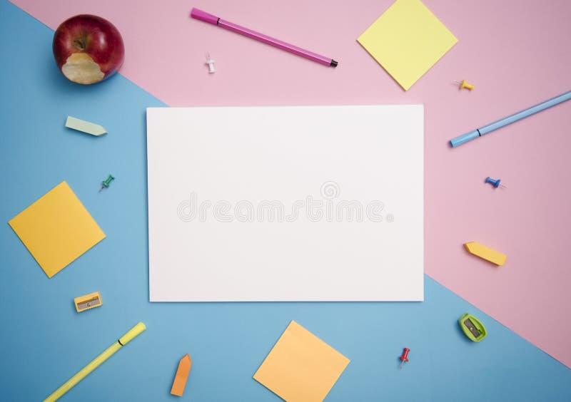 Calibre de maquette de papier et papeterie d'école Conception de couverture photos stock
