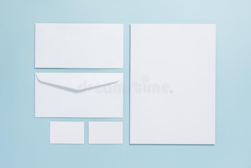 Calibre de marquage à chaud d'affaires de maquette sur le backgroun bleu en pastel de couleur photo stock