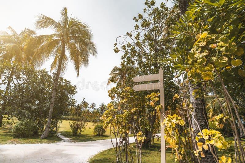 Calibre vide en bois de waypost avec le sentier piéton près, r tropical images libres de droits