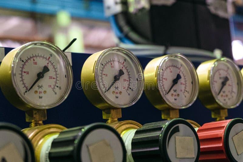 Calibres de pressão com as válvulas do ajuste na loja da planta industrial fotos de stock