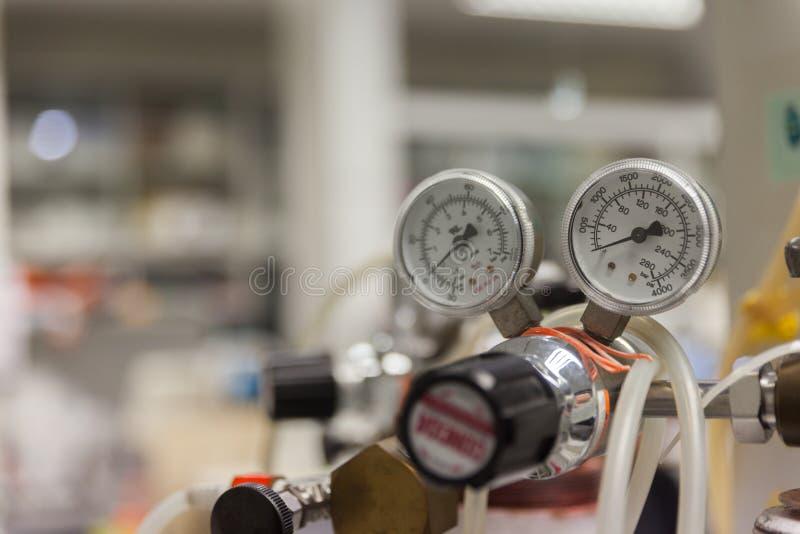 Calibres e válvula no gás velho do nitrogênio fotografia de stock