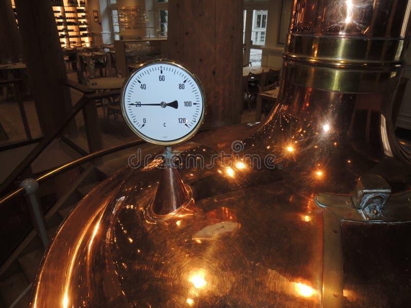 Calibro di temperatura su una micro fabbrica di birra fotografia stock libera da diritti
