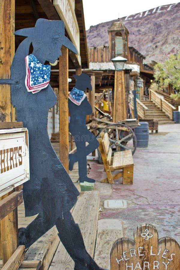 CALICÒ, CA - cowboy/siluetta del cowgirl fotografia stock libera da diritti