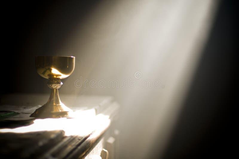 Calice d'or dans l'autel avec un rayon de lumière divine images libres de droits