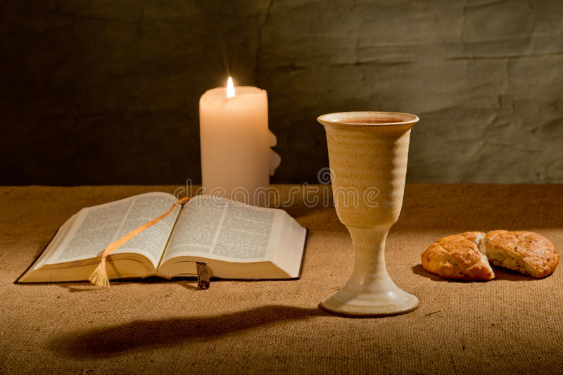 Calice de vin et de bible image stock