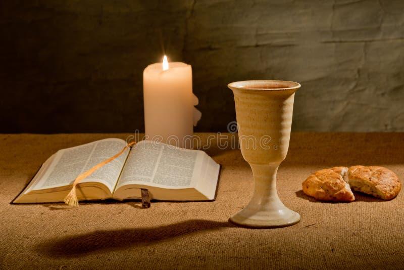 Calice di vino e della bibbia immagine stock