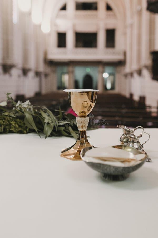 Calice di vino sulla tavola durante la massa nuziale di cerimonia di nozze Concetto di religione Ornamenti cattolici del eucharis immagine stock libera da diritti