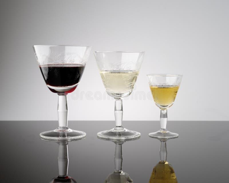 Calici antichi di vino rosso, di bianco e del dolce fotografia stock