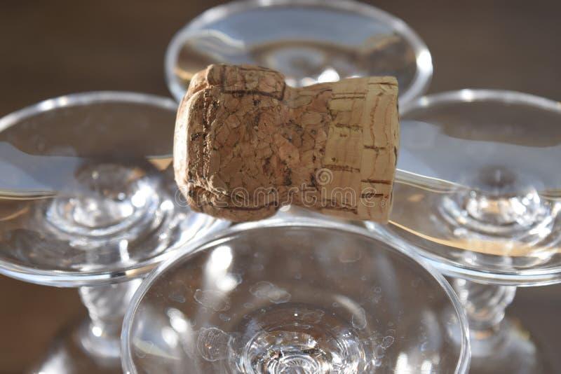 Calici e sughero a cristallo del champagne fotografia stock libera da diritti