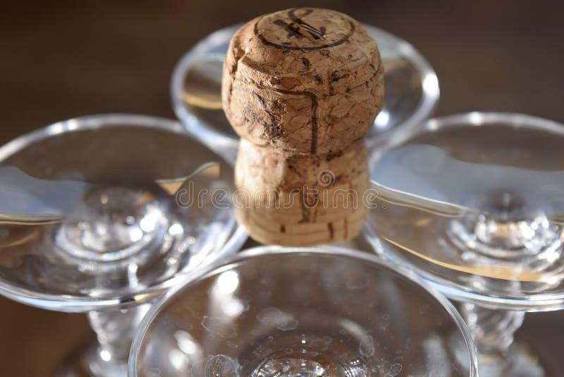 Calici e sughero a cristallo del champagne fotografie stock libere da diritti