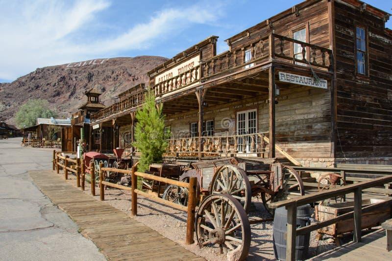 Calico, Californië, de V.S. - 1 Juli, 2015: De oude houten zaal in de spookstad van Calico royalty-vrije stock afbeeldingen