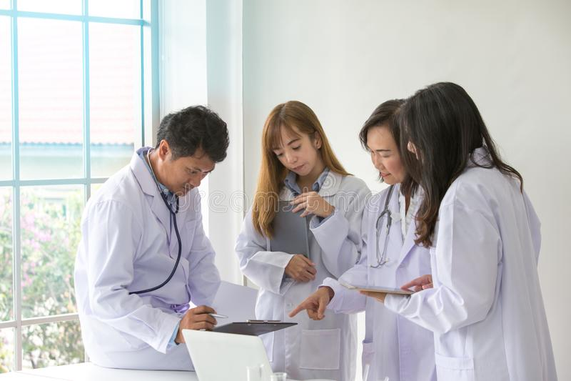 Calidad científica de la prueba del químico de la prueba de la ciencia Científico del grupo que trabaja en el laboratorio Un varó imagenes de archivo