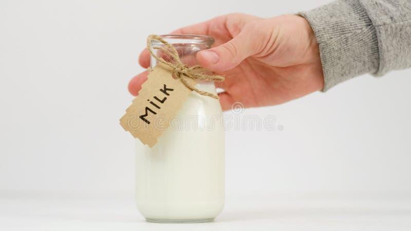 Calidad de mercado orgánica de los granjeros de la leche fresca imágenes de archivo libres de regalías